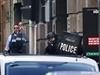 Policisté před kavárnou.
