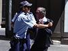 Policisté zadržují muže, který se pokusil vniknout do budovy sousedící s...