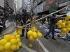 Policisté vyklízejí tábor demonstrantů - včetně žlutých balonků,...