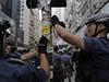"""Policisté odstraňují z pouliční lampy nálepky se slogany tzv. """"deštníkové..."""
