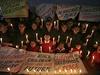 Pákistánští školáci se modlí za oběti úterního masakru.