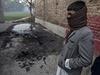 Chlapec u dějiště masakru - budovy školy v pákistánském Péšávaru.