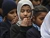 Pákistánské děti se modlí za oběti masakru.