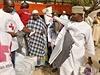 Pracovníci Červeného kříže rozdávají humanitární pomoc lidem, jež vyhnalo z...