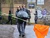 """Zhruba dvacítka aktivistů přišla 14. prosince na """"veřejnou brigádu"""" k budově..."""