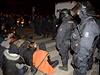 Aktivist� se 13. prosince znovu pokusili obsadit ch�traj�c� objekt v Praze na...