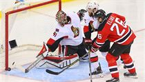 Levé křídlo New Jersey Devils Patrik Eliáš střílí na brankáře Craiga Andersona ve třetí třetině v zápase proti Ottawa Senators.