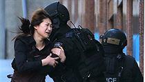 N�kolika rukojmím se v pr�b�hu odpoledne poda�ilo z kavárny v Sydney utéct. | na serveru Lidovky.cz | aktu�ln� zpr�vy