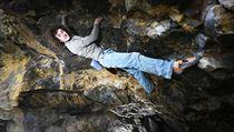 Nejlepší český lezec Adam Ondra na boulderové stěně.
