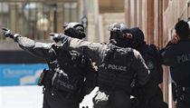 Policie v Sydney uzavřela celé okolí kavárny, kde neznámí útočníci drží rukojmí.