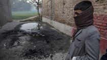 Chlapec u d�ji�t� masakru - budovy �koly v p�kist�nsk�m P��varu.