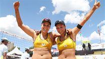 Barbora Hermannová a Martina Bonnerová slaví zisk premiérového titulu ze Světového okruhu.