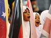 Dětští vlajkonoši zpívají na vzpomínkové akci, která připomíná deset let od...