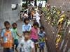 Lid� si p�ipom�naj� ob�ti tsunami, kter� ude�ila v roce 2004