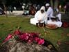 Květiny na masovém hrobě obětí tsunami