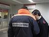 Italská pobřežní hlídka na stráži před vchodem pohotovosti v nemocnici Antonio...
