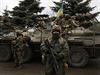 Ukrajinští vojáci hlídkují ve vesnici poblíž města Doněck