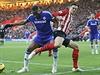 Didier Drogba (vlevo) vs. Florin Gardos.
