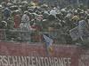 Fanoušci v nevlídném počasí netrpělivě vyhlíží začátek závodů.