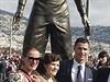 Cristiano Ronaldo se svou rodinou u vlastní sochy.