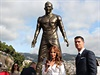 Cristiano Ronaldo s kontroverzní sochou jeho podobizny.