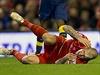 Martin Škrtel poté, co mu protihráč z Arsenalu šlápl na hlavu.