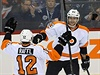 Philadelphia Flyers (Michael Raffl (vlevo) a Jakub Voracek).