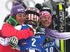 Vítězka Mikaela Shiffrin (uprostřed) se objímá s dalšími medailistkami, Šárkou...