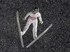 Slovinec Peter Prevc skákal v Oberstdorfu, stejně jako všichni ostatní, v...