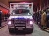 Sanitka odváží mrtvá těla policistů