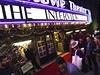 Div�ci p�ed kinem, kde se uskute�nila premi�ra filmu The Interview