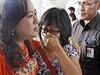 Někteří příbuzní 162 zmizelých cestujících letu AirAsia podléhají vypjatým...