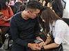 Cestující letu AirAsia s přibývajícím časem ztrácejí naději.