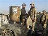Iráčtí vojáci u zničeného vozidla Islámského státu.