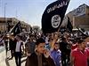 Demonstranti v Mosulu provolávají pro-islamistická hesla. Fotografie pochází z...