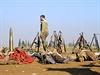 Kurdský bojovník obchází mrtvá těla islamistů. Jejich zbraně byly zabaveny.