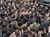 Vůdce a jeho lid. Kim Čong-un obklopený davem Severokorejců.