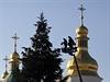 Zdobení vánočního stromu před chrámem svaté Žofie v Kyjevě.