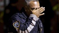 Policejn� d�stojn�k si ut�r� slzy na m�st� �inu