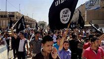 Demonstranti v Mosulu provol�vaj� pro-islamistick� hesla. Fotografie poch�z� z...