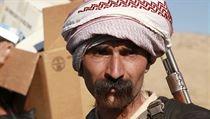 Jezíd na stráži. Ozbrojený muž drží pozici ve městě Sindžár.