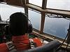 Pátrání po letadle pokračuje: záchranáři objevili na hladině neznámé objekty.