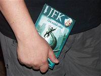 Křest JFK 5 - JWP třímá výtisk Chladné hry, aby o ni nepřišel...