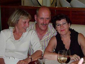 Evelyn de Vries-Elshout (vpravo), se svým manželem a přítelkyní Evou Elias
