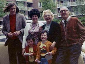 Šťastná Truda de Vries ve společnosti manžela, dcery, zetě a dvou vnoučat