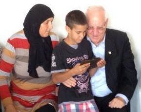 Reuven Rivlin na návštěvě arabské rodiny Karakaových v Galileji. Jejich 14letý syn Muhammad byl 22/6/2014 zabit střelou namířenou na Izrael zpoza syrské hranice