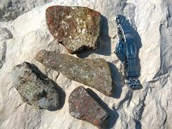 8 V moři nalezené střepy keramiky