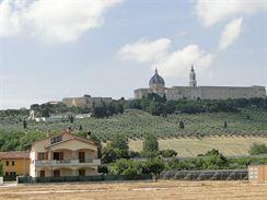 Loreto se sady olivovníků okolo