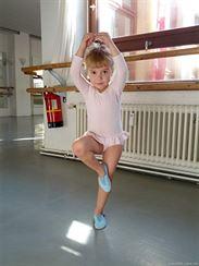 Balet. Byl nám ortopedií doporučen. Zatím je to spíš tancování než balet.