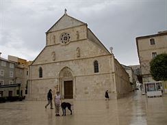 Bazilika na hlavním náměstí ve městě Pag na ostrově Pag